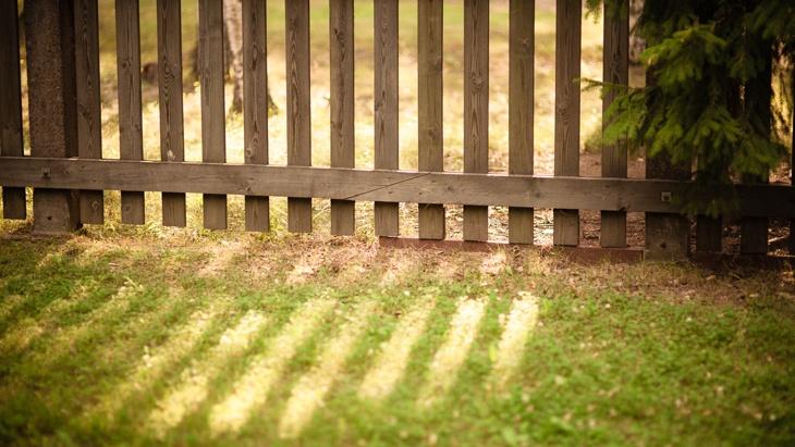 Čí je plot mezi sousedy