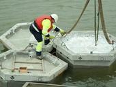 Betonové rybáčí ostrůvky. Autojeřáb zvedal a pokládal šestiboké hranoly z vláknobetonu na hladinu těžebního jezera. Betonové hranoly byly opatřeny ohrádkou a vysypány štěrkem. Foto CEMEX