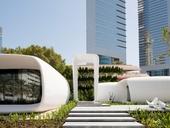 Kancelář na první pohled zaujme bílou barvou a oblými tvary (copyright: Dubai Future Foundation).