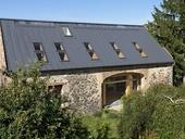 Moderní dřevostavba rodinného domu je vsazena do původního pláště historické stodoly, střešní krytina Satjam Rapid