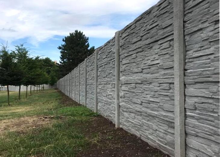 Oplocení sportovního areálu betonovým plotem - dekor břidlice. Zdroj   Pletiva Dobrý 85a1ea39aab