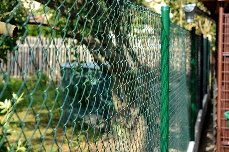 Čtyřhranné poplastované pletivo pro oplocení zahrady rodinného domu. Zdroj   Pletiva Dobrý 7292c44436e