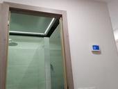 Praktické a designově zdařilé řešení umístění rekuperační jednotky v podhledu koupelny.