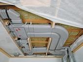 Pro instalaci rozvodů vzduchu do vrstvy tepelné či kročejové izolace nebo stropních podhledů lze využít jak výše zmíněné kulaté trubky, tak i pro tyto případy vyvinuté ploché patentované trubky Zehnder Flat 51 s výškou pouhých 51 mm. Instalace je díky jejich ohebnosti a široké nabídce tvarovek snadná a rychlá.