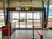 Vzduchová clona nad dveřmi letiště v Pardubicích. Proud vzduchu tvoří neviditelnou bariéru proti úniku tepla z letištní haly. Zdroj: 2VV Pardubice